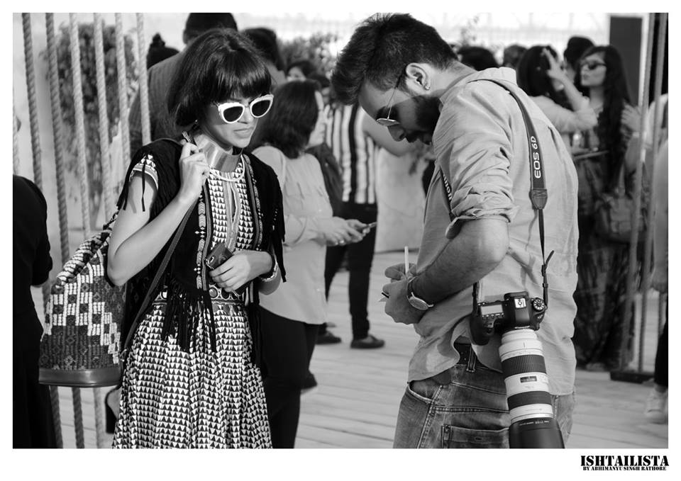 V blogger Rashi Verma giving her contact details to a street style photographer. Yes the task doesn't end by taking a picture, photographer also notes the details of the person captured.